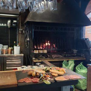 El Carlit le restaurant du Pas de la Case parmi les meilleurs restos en Andorre et Restaurant El Carlit au Pas de la Casa est un de meilleurs restaurants avec une cuisine sérieuse et de qualité. Les vacances au ski, l'effort réclame de prendre des forces! Heureusement les bons restaurants ne manquent pas au Pas de la Case. Chez Restaurant El Carlit vous aurez le choix entre manger un burger rapide, une pizza italienne et dans le bar a cote de Restaurant El Carlit boire une bière pression ou la dégustation de mets délicats dans possiblement le meilleur resto du Pas de la Case en Andorre.