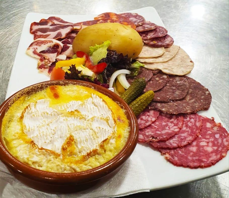 Spécialités maison Camembert au four avec saucisses Restaurant El Carlit Pas de la Casa