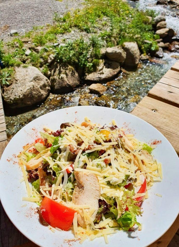Il y a la Salade «Caesar» comme il y a la «Waldorf», la russe», la «niçoise». Elle a plus de 90 ans et pas une ride
