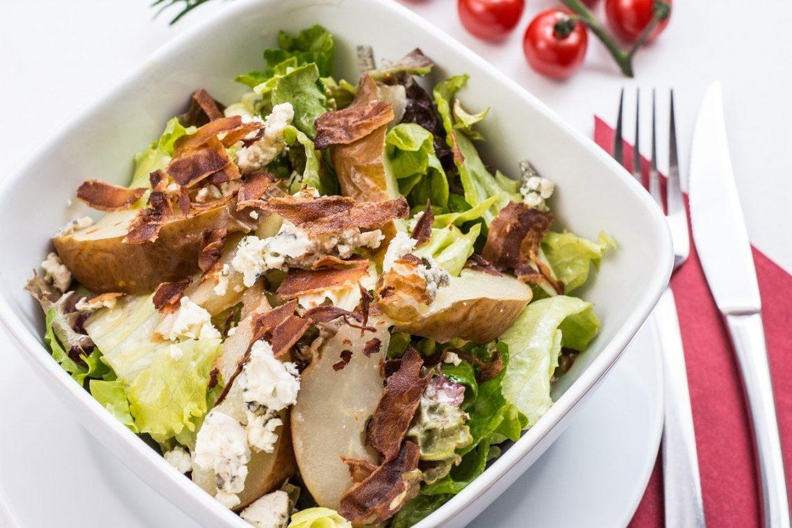 La salade César - Caesar salad - ensalada César - en italien Caesar salad) est une recette de cuisine de salade composée de la cuisine italienne, traditionnellement préparée en salle à côté de la table, à base de laitue romaine, œuf dur, croûtons, parmesan et de « sauce César »