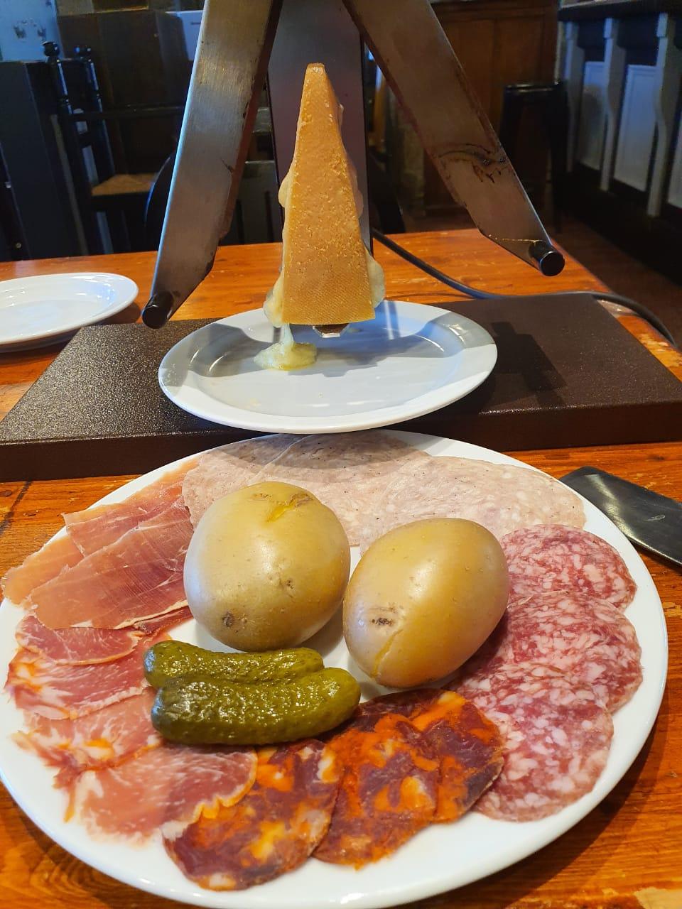 Raclette de leche cruda y embutidos ibéricos de Bellota en Restaurant Pas de la Casa