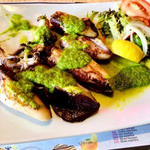 Seiche à la persillade sont particulièrement appréciés sur la côte atlantique à La Rochelle ou sur l'ile de Ré, et peuvent être envisagés sous différentes formes : à l'américaine, à l'espagnole, sautés à l'ail, en sauce, à l'encre, à la méridionale et aussi chez nous au Pas de la Casa Restaurant El Carlit