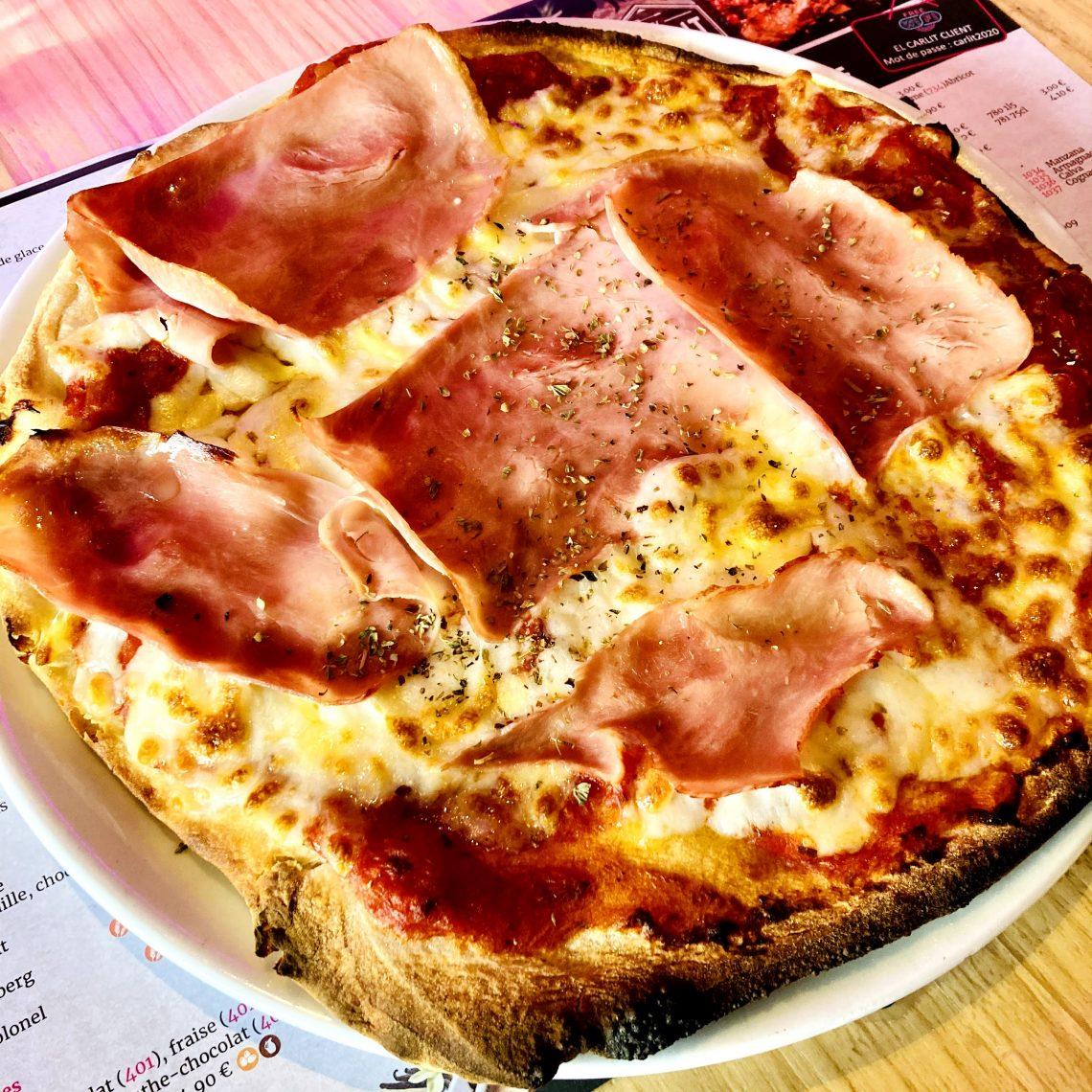 La pizza est une recette de cuisine traditionnelle de la cuisine italienne, originaire de Naples en Italie (cuisine napolitaine) à base de galette de pâte à pain, garnie de divers mélanges d'ingrédients (sauce tomate, tomates séchées, légumes, fromage, charcuterie, olives, huile d'olive…)
