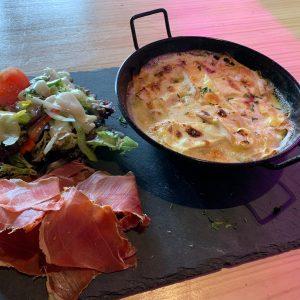 Restaurant Pas de la Casa El Carlit on a un petit coup de cœur pour la tartiflette. On opte pour la recette traditionnelle du massif des Aravis : la tartiflette au reblochon de Savoie est une régale servie encore grésillant