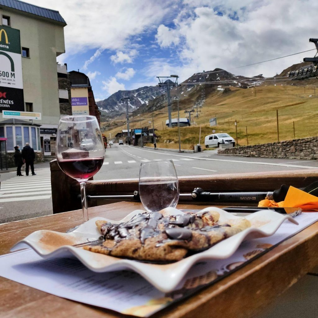 Le Pas de la Case est le col le plus élevé des Pyrénées. Il se trouve à environ 30 km du centre-ville d'Andorre-la-Vieille. Ce village appartient à la paroisse d'Encamp