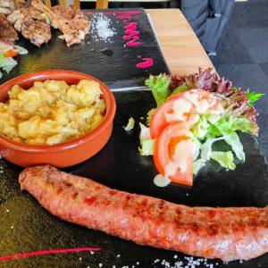 Manger Saucisse de montagne a le barbecue. La saucisse fait figure de gourmandise appréciée des petits comme des grands.