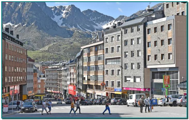 Covid : plus besoin de tests PCR entre la France et l'Andorre pour les frontaliers d'Ariège et des Pyrénées-Orientales Un accord entre la France et l'Andorre permet aux résidents d'Andorreet aux habitants des deux départements frontaliersde la principauté, les Pyrénées-Orientales et l'Ariège,d'échapper à la présentation d'un test PCR pour franchir la frontière.