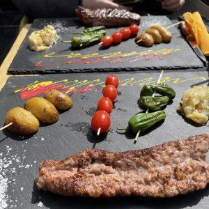 Le Grand Catalogue de la saucisse à griller : les grands classiques Merguez, saucisses blanches et chipolatas s'invitent sur nos barbecues cet été Chez Restaurant El Carlit Saucisse de montagne grillées avec truffade.